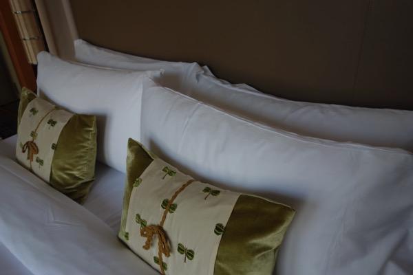 セントレジス大阪の部屋の枕