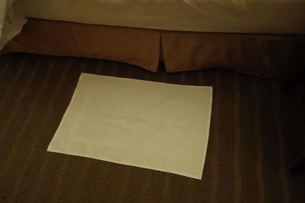 セントレジス大阪のベッド下のシーツ