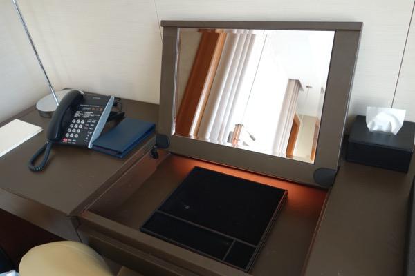 セントレジス大阪の部屋にあるデスクの鏡