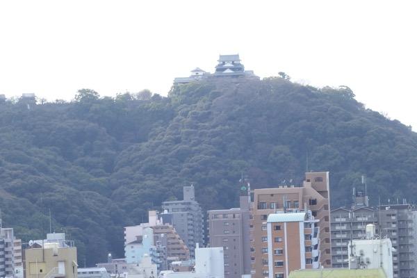 湯築城跡からの松山城